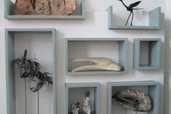 قفسه چوبی زیبا برای قرار دادن وسائل تزئینی